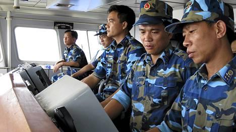 Vietnamin rannikkovartioston sotilaat seurasivat tutkasta kiinalaisia aluksia lähellä kiistanalaista öljynporauslauttaa Etelä-Kiinan merellä tiistaina.
