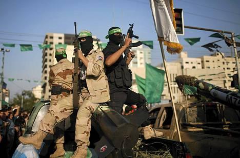 Hamasin taistelijat juhlivat kahdeksan päivän -sodan vuosipäivää Gazassa torstaina.