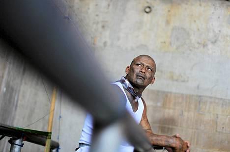 Huumejengiläinen istuu kakkua Izalcon erityisvankilassa Sonsonatessa Meksikossa. Vankilassa järjestettiin tiistaina messu juhlistamaan maan kahden vaikutusvaltaisimman jengin, MS-13:n ja Mara 18:n, aselevon ensimmäistä vuosipäivää. Messuun osallistui vankien lisäksi kansalaisjärjestöjen ja kirkon edustajia.