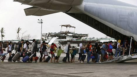 Filippiiniläisiä siirrettiin USA:n merijalkaväen C-130 kuljetuskoneella pois hirmumyrskyn tuhoamalta Taclobanin alueelta torstaina.