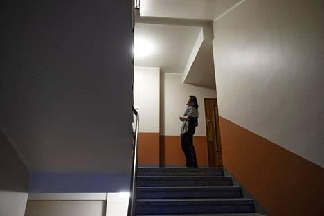 Ada Tikka kiittelee huolellista maalausjälkeä rappukäytävässä.