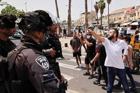 Palestiinalaisia ja israelilaispoliiseja vastakkain Jerusalemissa maanantaina.