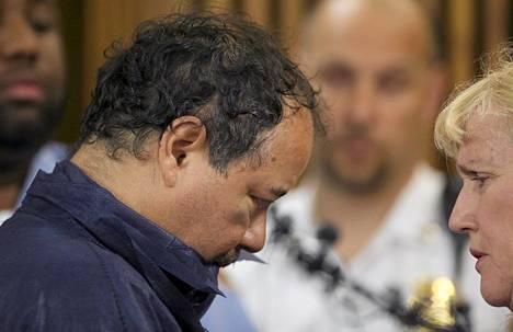 Kidnappauksista syytetty Ariel Castro ja oikeusavustaja Kathleen DeMetz keskustelivat Castron ensimmäisessä kuulemisessa Clevelandin käräjäoikeudessa.