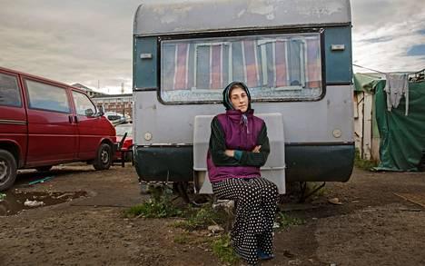 """Gina sanoo olevansa Ruotsissa lastensa takia. Päivittäisistä kerjäysrahoista hän lähettää suuren osan Romaniaan, missä rahan ostovoima on suurempi kuin Ruotsissa. Gina on kerjännyt Suomessakin, mutta hänen mielestään asiat ovat paremmin Ruotsissa, missä ei ole niin paljon rasismia. """"Suomessa ei saa nukkua edes teltassa. Täällä saa edes olla rauhassa."""""""