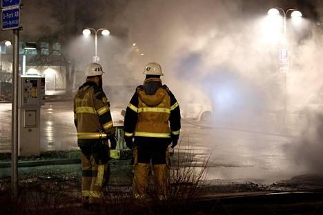 Paloviranomaiset sammuttivat tuleen sytytettyjä autoja Rinkebyssä tiistain vastaisena yönä.
