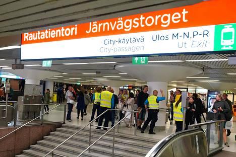 Metromatkustajia ohjattiin korvaaviin liikennevälineisiin Rautatieasemalla.