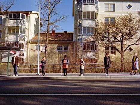 Turvavälit bussipysäkillä Tukholmassa huhtikuussa.