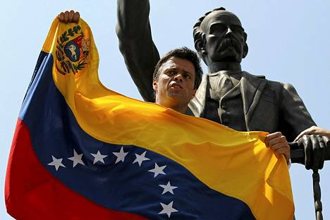 Leopoldo Lopez antautui poliisille pidettyään ensin puheen kannattajilleen.