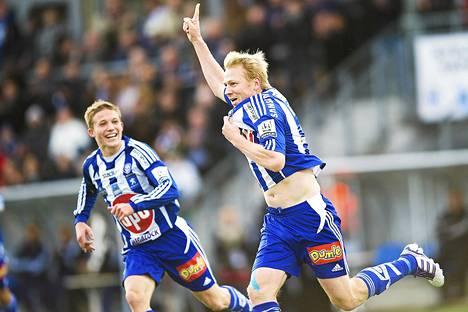 Näin Aki Riihilahti tuuletti lokakuussa 2011 uransa viimeistä liigamaalia. Alexander Ring antoi taustatukea.