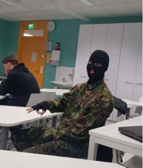 Antti Vierikko tuli Helsingin yhteislyseon Halloween-juhliin brittien armeijan erikoisjoukkojen sotilaaksi pukeutuneena.