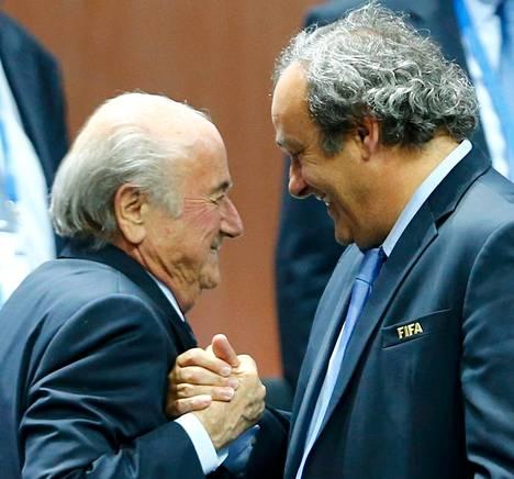 Michel Platini (oik.) onnitteli Sepp Blatteria jatkokaudesta. Blatter valittiin Fifan puheenjohtajaksi uudelleen viime toukokuussa Zürichissä. Nyt kummankin miehen toimia tutkitaan.