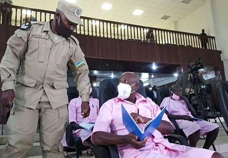 Paul Rusesabagina (kesk.) istui oikeuden edessä Ruandan pääkaupungissa Kigalissa keskiviikkona.