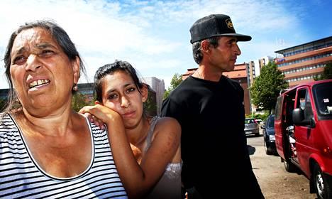 Bulgarialaiset Nicolina (vas.) ja Alexandra Filipova sekä Ivan Alexief viettivät torstaipäivää parkkipaikalla Sörnäisissä. He sanovat yöpyvänsä Rastilan leirintäalueella.