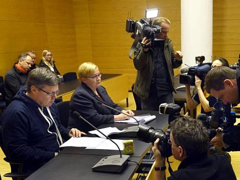 Helsingin huumepoliisin päällikkö Jari Aarnio kiistää syyllistyneensä rikoksiin. Helsingin käräjäoikeus vangitsi Aarnion marraskuussa. Aarnion asianajaja on Riitta Leppiniemi.