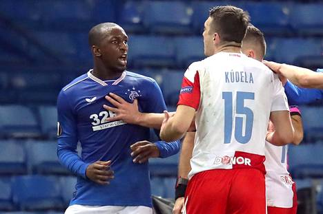 Glasgow Rangersin Glen Kamara ja Slavia Prahan Ondrej Kudela Eurooppa-liigan ottelussa 18. maaliskuuta.