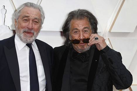 Näyttelijät Robert de Niro (vas.) ja Al Pacino poseerasivat yhdessä kuvaajille. Kaksikko näyttelee yhdessä The Irishman-elokuvassa.
