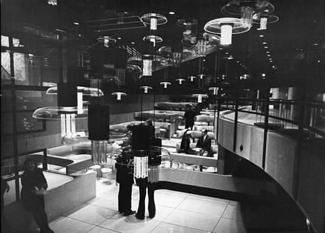 """Helsingin Sanomat kirjoitti helmikuussa 1974 uuden Hotelli Rantasipin yökerhon tiloista: """"Jokainen valaisin ja kaluste on tehty räätälintyönä. Tiskijukalla on paikkansa lasisessa laatikossa katonrajan tuntumassa."""""""