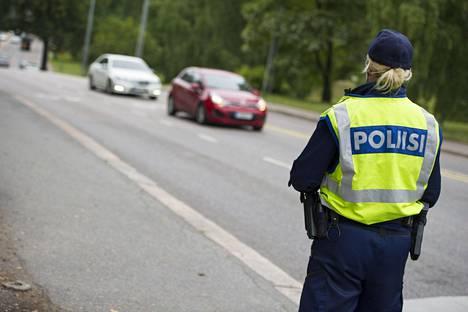 Poliisi valvoo uuden tieliikennelain noudattamista muun liikenneturvallisuuden ohella.