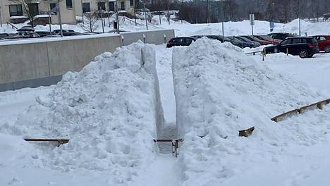 358405763363 358405763363 Viikissä Ruokaviraston parkkipaikalle rakennettiin viime kesänä aita - keskelle ihmisten kulkureittiä. Nyt siihen on tehty lumikasa, jonka joku on halkaissut kahtia. Ja ihmiset kulkevat suorinta reittiä. Terveisin, Laura Koskelainen