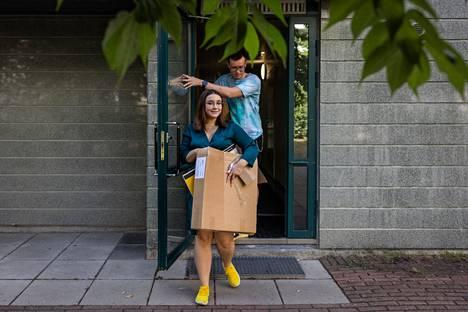 Laura Barry ja Pyry Autio ovat juuri muuttaneet kaksioonsa Ruoholahdessa. Asunnon sijainti oli heille tärkeä valintakriteeri, sillä he halusivat koulumatkojensa olevan suunnilleen yhtä pitkät.