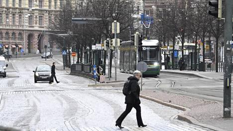Koronaviruksen aiheuttamalLiikenteen vähentyminen on parantanut kaupunkien ilmanlaatua. Jalankulkijoita hiljaisella Mannerheimintiellä Helsingissä keskiviikkona 18. maaliskuuta.