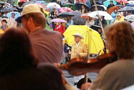 1998: Kesä oli poikkeuksellisen kylmä. Kaivopuiston konsertissa Helsingissä tarvittiin sateenvarjoa.