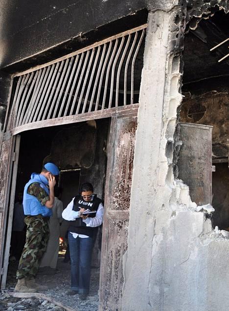 YK-tarkkailijat tutkivat pommitettua koulua al-Tremsen kylässä viikonloppuna. Al-Tremsessä kuoli aktivistien mukaan yli 150 viimeviikkoisessa verilöylyssä, Syyrian hallinnon mukaan alle 40.