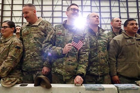 Yhdysvaltain sotilaat kuuntelivat yllätysvierailulle tulleen presidentti Donald Trumpin puhetta Bagramin lentotukikohdassa Kabulin lähellä marraskuussa 2019.