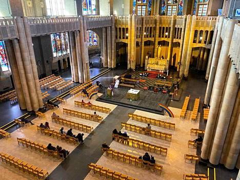 Belgiassa kirkon tapahtumissa on saanut olla kerrallaan korkeintaan 15 seurakuntalaista. Kuva viime sunnuntailta brysseliläisestä Koekelbergin basilikasta, joka on maailman suurimpia katolisia kirkkorakennuksia.