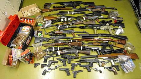 Poliisi takavarikoi tutkinnan aikana lähes 50 toimintakuntoista asetta, huumeita, dopingaineita ja varastetuksi ilmoitettuja koruja.