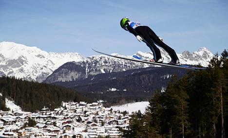 Eero Hirvonen hyppäsi Seefeldin mäestä yhdistetyn harjoituksissa.