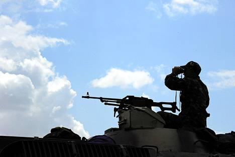 Ukrainan armeijan sotilas katseli kiikareilla Donetskin kaupunkiin noin 20 kilometriä kaupungin ulkopuolella. Ukrainan armeija valmistautuu parhaillaan valtaamaan kaupungin takaisin Venäjän-mielisiltä separatisteilta.