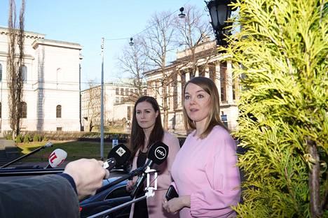 Pääministeri Sanna Marin ja valtiovarainministeri Katri Kulmuni antoivat medialle lausuntoja Säätytalon portailla tiistaiaamuna.