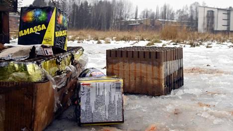 Uudenvuoden ilotulitteistä jääneitä roskia Helsingin Tapanilassa tammikuun ensimmäisenä päivänä.