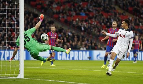 TsSKA maalivahti Igor Akinfejev pomputteli pallon omaan maaliin 78. minuutilla Tottenhamin Dele Allin laukauksesta.
