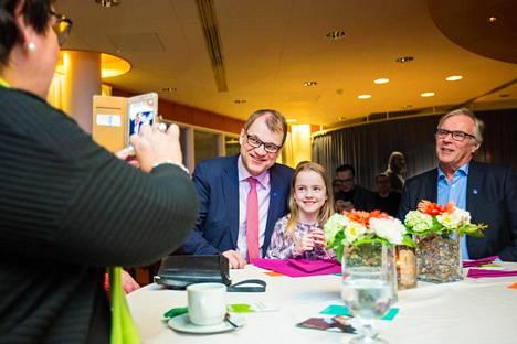 Veera Väänänen kuvattiin pääministeri Juha Sipilän kanssa Siilinjärvellä. Kuvan otti mummi, Veeran oikealla puolella istui ukki Martti Väänänen.