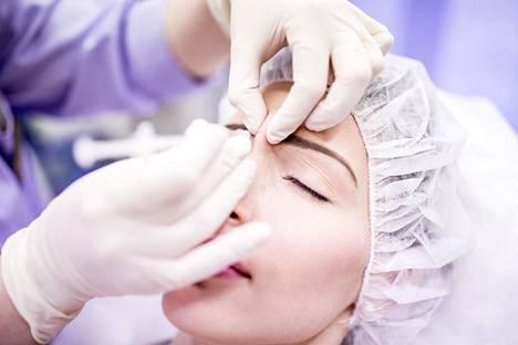 Botuliinia sisältävillä ruiskeilla voidaan tasoittaa kasvojen ryppyjä. Se perustuu siihen, että yhdiste lamauttaa kasvojen lihaksia. Vaikutus on tilapäinen.