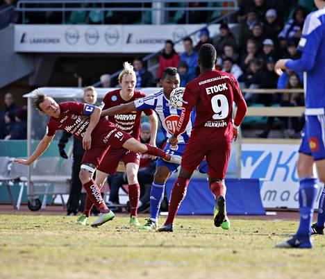HJK:n Alfredo Morelos kamppaili JJK:n pelaajien ahdistamana Veikkausliigan ottelussa sunnuntaina.
