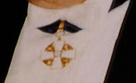 Suurennos Robert Maxwellin kaulassa olevasta Valkoisen Ruusun ritarikunnan I luokan komentajamerkistä.
