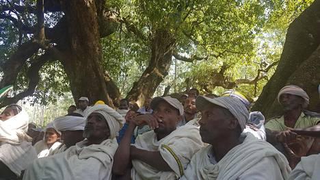 Etiopialaiset viljelijät odottivat vuoroaan seremoniassa, jossa he saivat todistukset hallussaan olevista viljelypalstoista