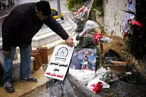 Viime keskiviikkona murhatun oppositiojohtaja Chokri Belaidin hautaa Tunisissa koristivat sunnuntaina kukat.