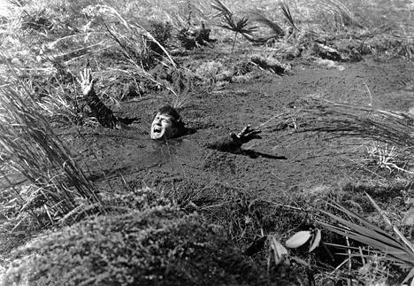 Mies uppoaa juoksuhiekkaan elokuvassa Two Thousand Maniacs vuodelta 1964.