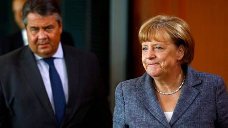 Saksan liittokansleri Angela Merkel ja varaliittokanleri Sigmar Gabriel kokouksessa kanslerinvirastossa Berliinissä keskiviikkona 17. elokuuta.