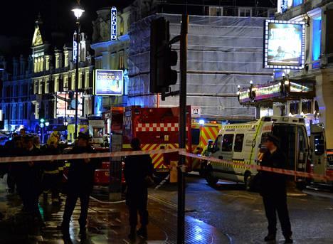 Poliisi eristi Lontoon keskustassa sijaitsevan Apollo-teatterin torstai-iltana onnettomuuden jälkeen. Teatterissa oli arviolta 700 ihmistä, kun romahdus tapahtui.