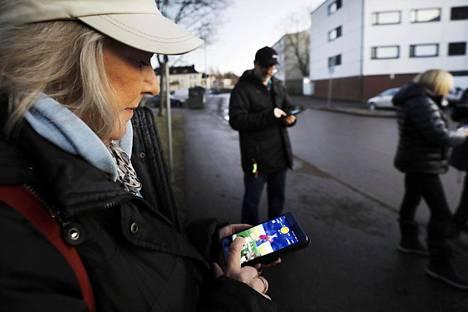 Sari Karlsson kiertää Pokémon Go:n  pelitapahtumissa raideissa miehensä ja  pelin kautta tulleiden tuttujen kanssa.