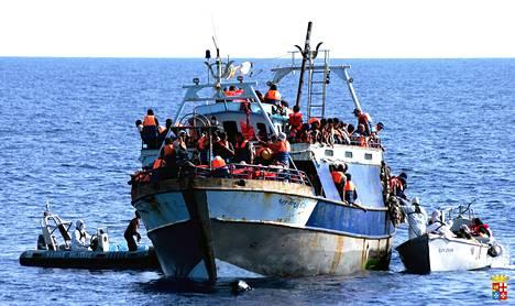 Italian laivaston välittämässä kuvassa näkyy siirtolaisia veneessä.