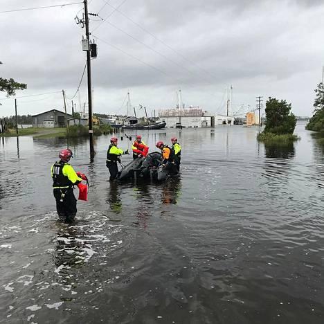 New Yorkista tulleet pelastustyöntekijät auttoivat evakuointitehtävissä Goose Creek Islandissa Pohjois-Carolinassa lauantaina.