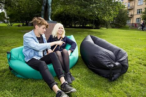 Australialainen James Wardle ja tanskalainen Désirée Haugen kokeilivat Fatboyn Lamzac -ilmasohvaa sekä Lubbis-merkkistä kopiotuotetta.