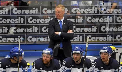 Kari Jalonen haluaa seistä Leijonien penkin takansa myös World Cupissa.