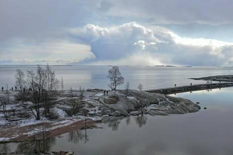 21. maaliskuuta: Vaikuttava pilvimuodostelma ihastutti ulkoilijoita Helsingin edustalla.